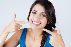 Schön mit perfektem Lächeln Lokalisiert auf Weiß Stockfotos