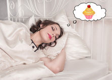 Schön plus die Größenfrau, die über Kuchen schläft und träumt Stockfotografie