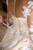 Schn?ren des Hochzeits-Kleides lizenzfreies stockfoto