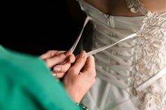 Schn?ren des Hochzeits-Kleides stockfotos