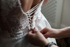 Schn?ren des Hochzeits-Kleides lizenzfreies stockbild