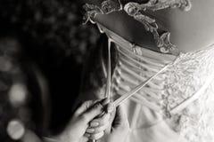 Schn?ren des Hochzeits-Kleides stockfoto