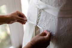 Schn?ren des Hochzeits-Kleides stockbild