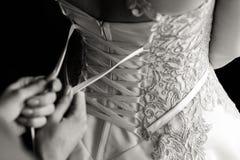Schn?ren des Hochzeits-Kleides stockfotografie