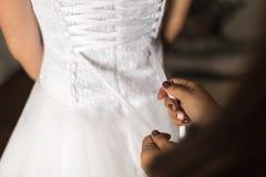 Schn?ren des Hochzeits-Kleides stockbilder