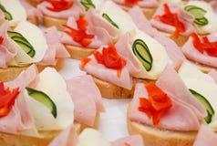 Schön verzierte, Lebensmittelsnäcke und Aperitifs mit Sandwich, auf Partei- oder Hochzeitsfeier Stockfotografie