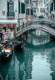 Schnappschuß des Flusses die Leute und die Häuser durch das cana lizenzfreies stockfoto