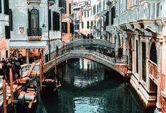 Schnappschuß des Flusses die Leute und die Häuser durch den Kanal lizenzfreies stockbild