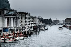 Schnappschuß des Kanals und der Gebäude um ihn, auch Boote und anderen Transport lizenzfreies stockfoto