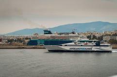 Schnappschuß vom Boot hat es gerade den Hafen und das Kapital verlassen, die durch anderes Schiffe transportaion überschreiten un lizenzfreie stockfotos