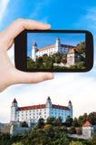 Schnappschuß von Schloss Bratislavas Hrad auf Smartphone Lizenzfreie Stockfotografie