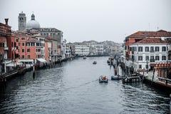 Schnappschuß des Kanals und der Gebäude um ihn, auch Boote und anderer Transport, Foto gemacht von der Brücke nahe bei zentralem  stockfoto