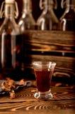 Schnapsmondenschein-Alkoholkräuter stockbild