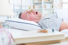 Schnarchender Mann im Bett Stockfotografie