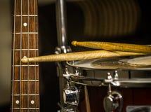 Schnarrtrommel mit Trommelstöcken und Bass-Gitarre Stockbilder