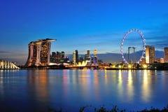Schöne Abendskyline des Singapur-Geschäftsgebietbereichs, der Marina Bay Sands-Hotel und Singapur-Flieger kennzeichnet Stockbild