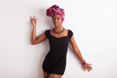 Schöne afrikanische Frau, die ein traditionelles Kopftuch trägt Lizenzfreie Stockfotos