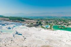 Schöne Ansicht der Stadt vom Hügel Pamukkale Stockbild