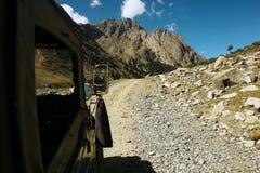 Schöne Ansicht des Berges vom Jeep während der Straßenreise Lizenzfreies Stockbild