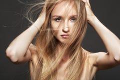 Schöne Art und Weisebaumusterfrau mit dem langen glänzenden Haar Stockbild