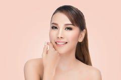 Schöne Asiatin interessiert sich für den Hautgesicht schönen Badekurort Stockbild