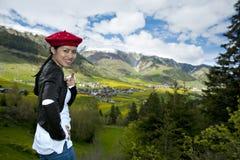 Schöne asiatische Frau in den Alpen Stockfotos