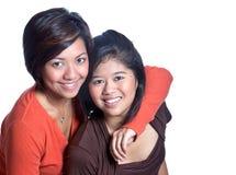 Schöne asiatische Schwestern auf weißem Hintergrund Stockbilder