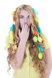 Schöne überraschte Frau mit dem langem Haar und Ostereiern Stockfotos