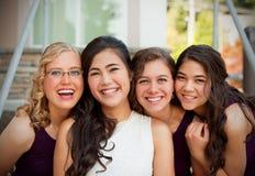 Schöne biracial junge Braut, die mit ihrem multiethnischen grou lächelt Lizenzfreie Stockfotografie