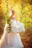 Schöne blonde Braut im weißen Kleid Stockbilder