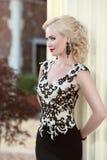 Schöne blonde Dame im eleganten Kleid frisur Rotes Lippenmake-up Stockbilder