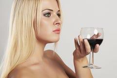 Schöne blonde Frau, die Rotwein trinkt weinglas Mädchen mit Alkohol Lizenzfreie Stockfotografie