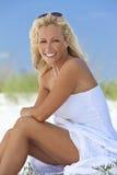 Schöne blonde Frau im weißen Kleid am Strand Lizenzfreies Stockfoto