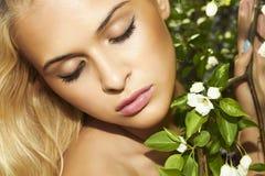 Schöne blonde Frau mit Apfelbaum. Sommer Stockfotos