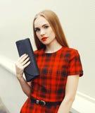 Schöne Blondine im Kleid mit Handtasche cluthch Stockbild