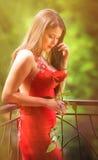 Schöne Blondine mit Rotrose Stockbilder