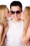 Schöne Blondine zwei, die jungen Mann küßt Stockfoto