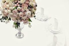 Schöne Blumen auf Tabelle im Hochzeitstag Luxusfeiertagshintergrund Lizenzfreie Stockbilder