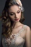 Schöne Braut, die unten schaut Stockbild
