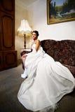 Schöne Braut in einem klassischen Innenraum zu Hause Lizenzfreies Stockfoto