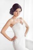 Schöne Braut Hochzeitsfrisurmake-upluxusmode-Kleiderkonzept Lizenzfreie Stockfotografie