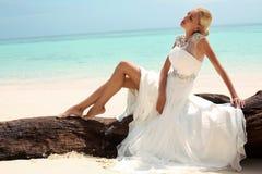 Schöne Braut im Hochzeitskleid, das auf Trauminsel in Thailand aufwirft Stockbilder
