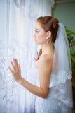 Schöne Braut im weißen Hochzeitskleid Stockbild