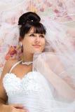 Schöne Braut im weißen Kleid Stockbilder