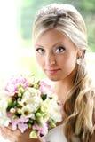 Schöne Braut mit Blumenstrauß Lizenzfreie Stockbilder