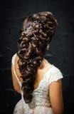 Schöne Braut mit Modehochzeitsfrisur Stockfoto