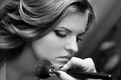 Schöne Braut tun Make-up Lizenzfreies Stockbild