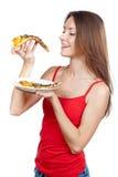 Schöne Brunettefrau, die Stück Pizza hält Stockfotos