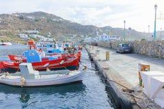 Schöne bunte hölzerne Fischerboote auf Reihe Mykonos-Insel Stockfotos