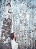 Schöne Dame in einem Birkenwald Lizenzfreie Stockfotos
